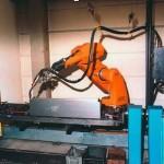 MAG/MIG - ручная сварка. Сварка роботом до макс. величины изделия 2200х1200 мм. 2 станции для сменной загрузки.